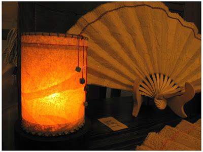 Một chiếc đèn nến trúc chỉ với ánh sáng tuyệt đẹp